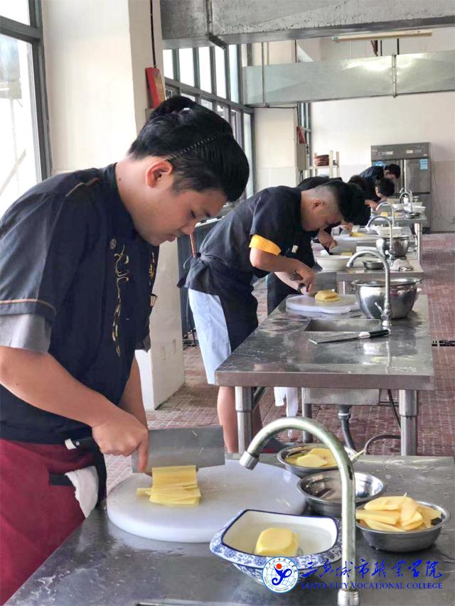 烹调学子:是时候表演真正的厨艺技术了!