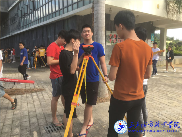 17级建筑林天茂给18级学生讲解测量仪器的使用方法.JPG