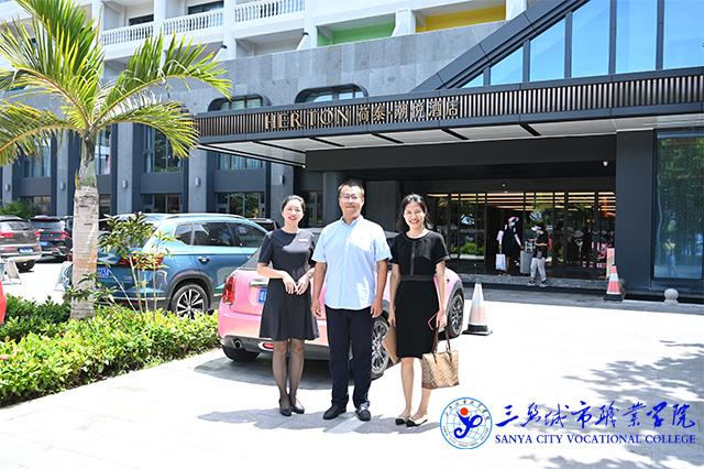 学院走访考察组与荷泰潮悦酒店人事负责人合影.jpg